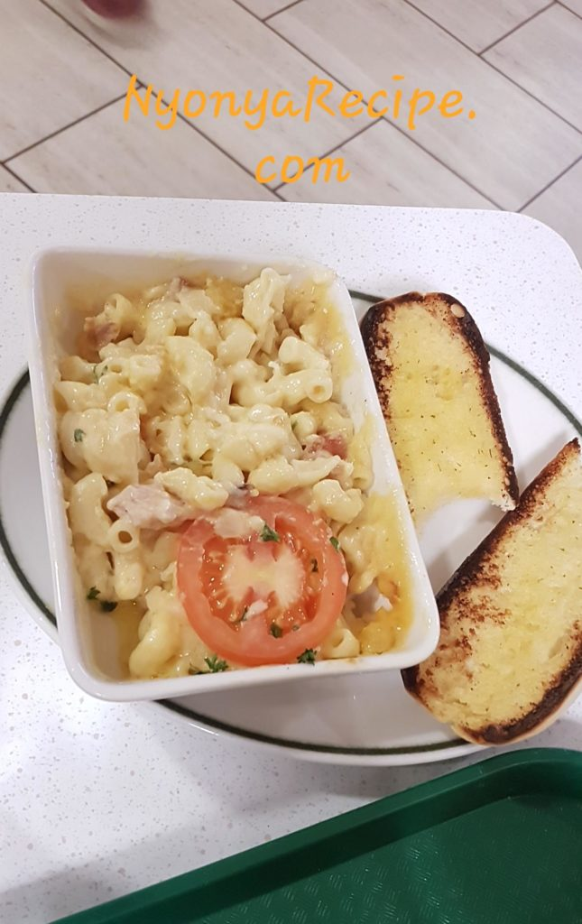 Mac and cheese served with garlic bread.